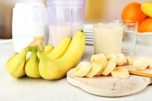 коктейль протеиновый с молоком и бананом