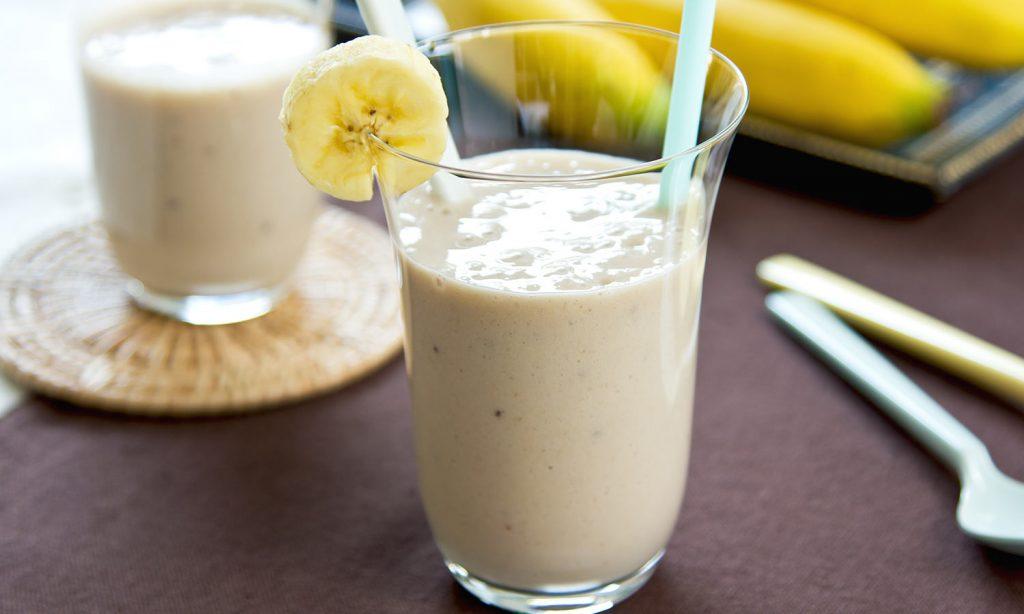 Протеиновый коктейль с молоком и бананом