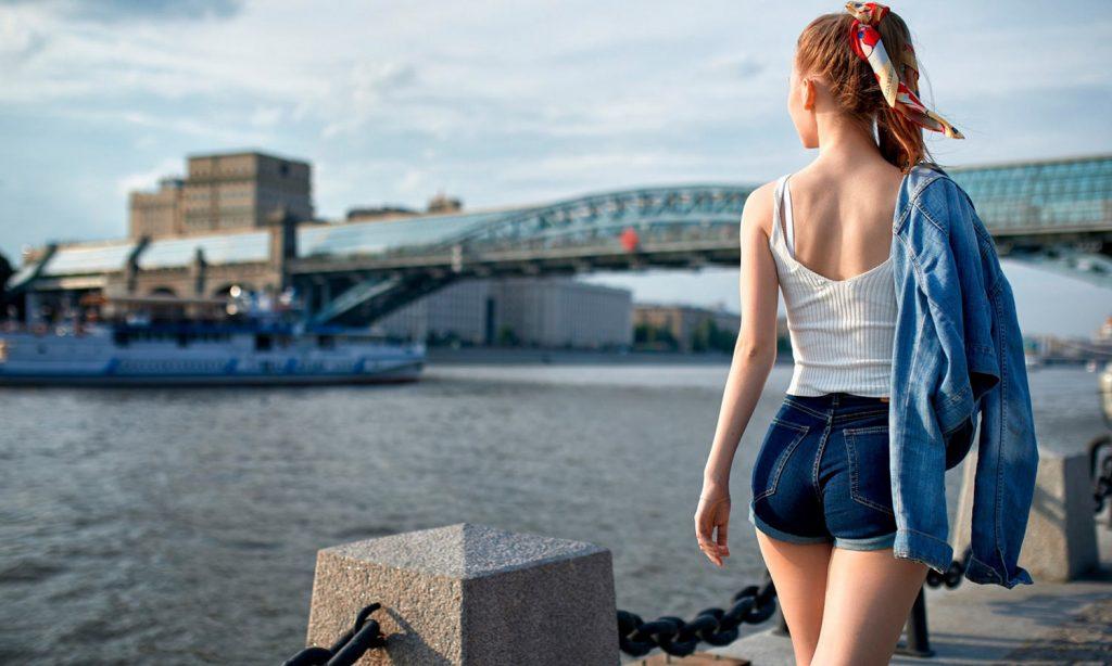Девушка гуляет по набережной