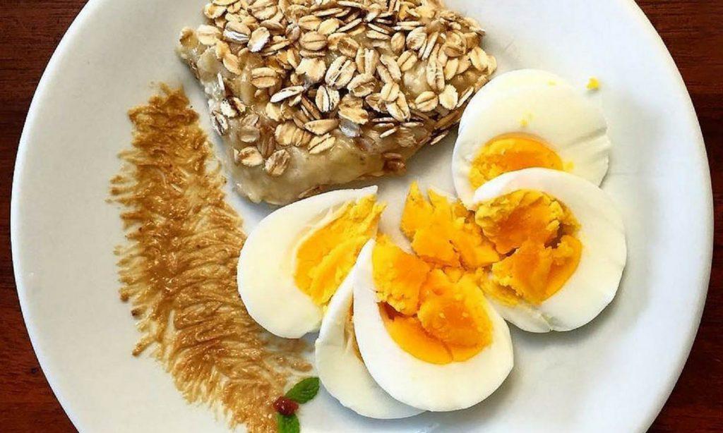Вареные яйца и овсянка