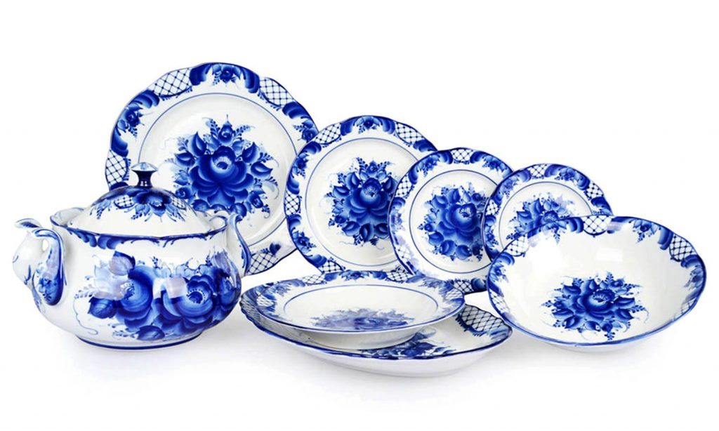 Белая и синяя красивая посуда