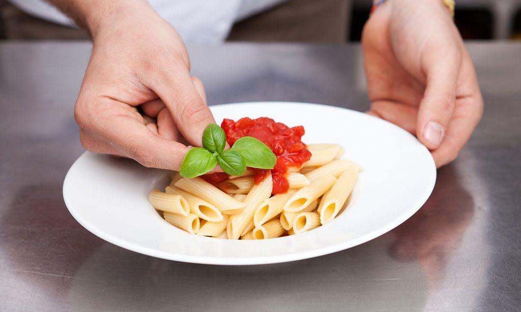 Еда на тарелке размером с кулак